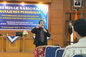 Dr. Abdul Kamil Marisi memberitakan materi tentang manajemen mutu pendidikan pada seminar nasional manajemen pendidikan UAD