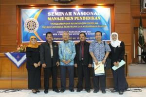 Para pemateri seminar nasional Manajemen Pendidikan UAD beserta para pengelola Prodi Manajemen Pendidikan